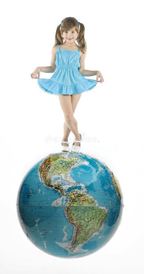 Muchacha con el mundo foto de archivo