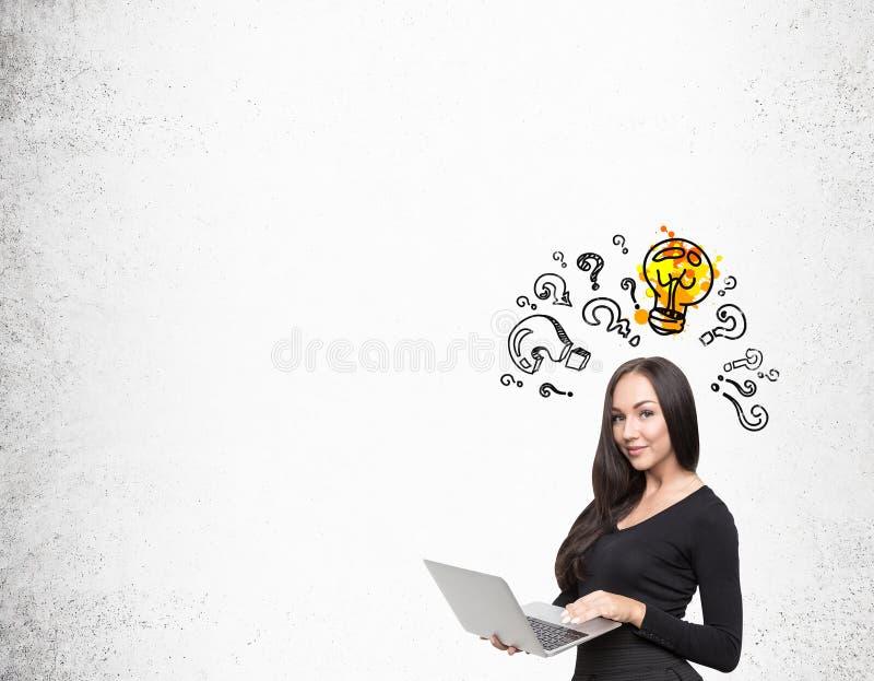 Muchacha con el ordenador y bombilla con los signos de interrogación imágenes de archivo libres de regalías