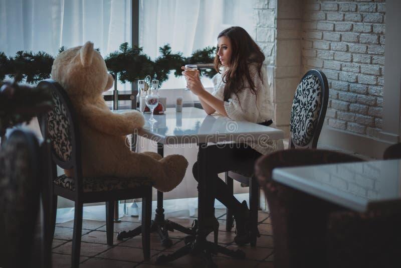 Muchacha con el oso cara a cara foto de archivo libre de regalías