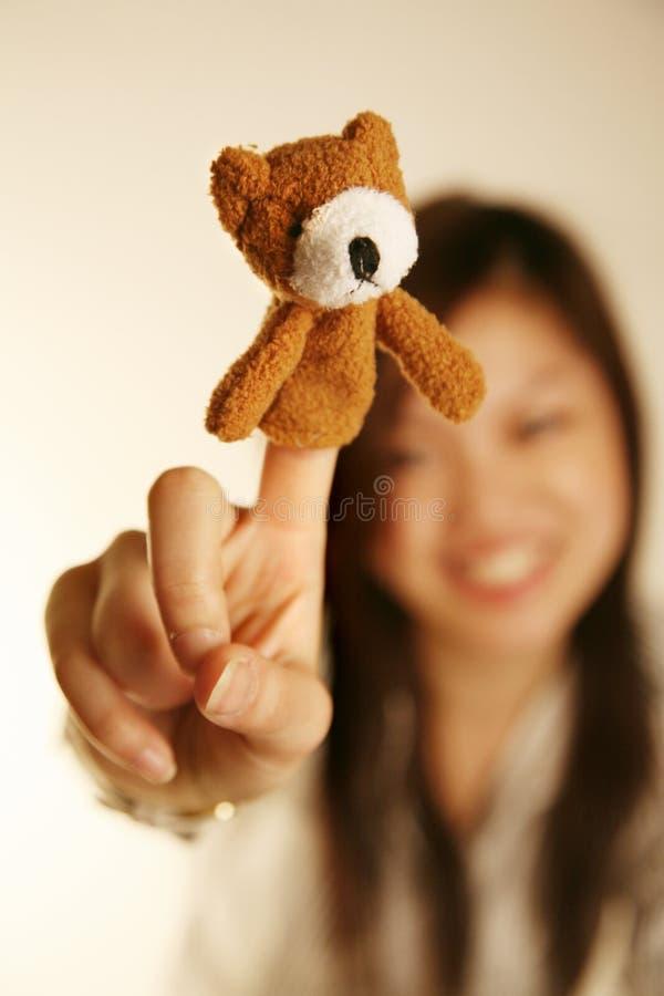 Muchacha con el oso de la marioneta del dedo fotos de archivo libres de regalías