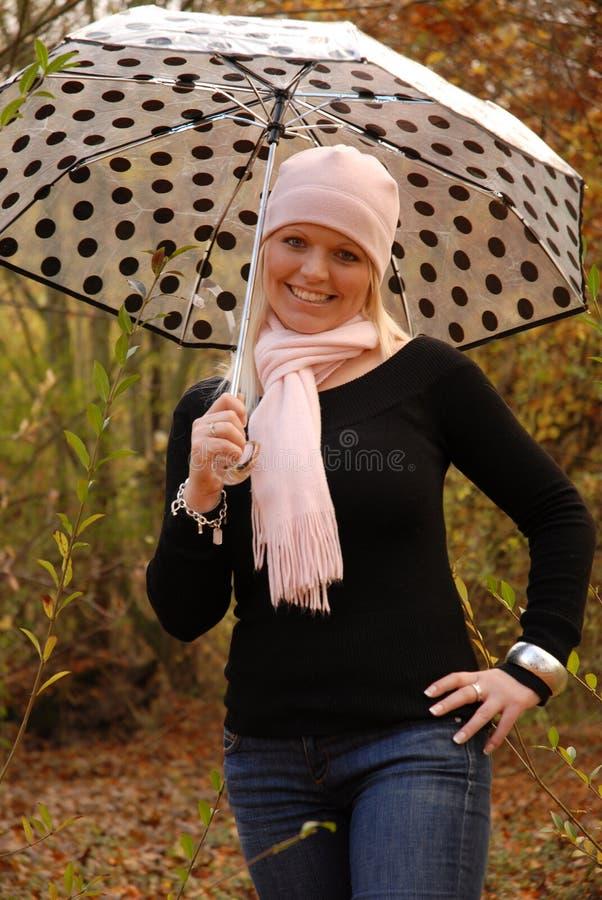 Muchacha con el paraguas fotos de archivo