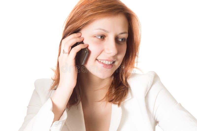 Muchacha con el pelo de oro que habla en un teléfono móvil fotos de archivo
