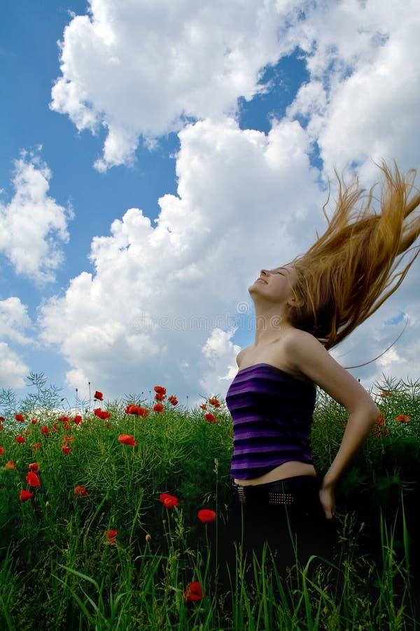Muchacha con el pelo hermoso en prado verde espléndido imagen de archivo