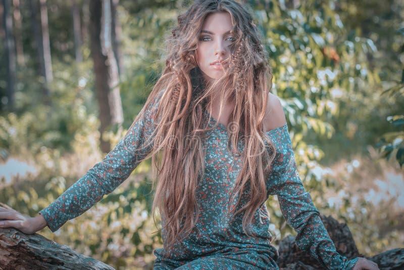 Muchacha con el pelo largo imagenes de archivo