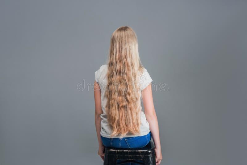 Muchacha con el pelo largo El concepto, corte de pelo foto de archivo libre de regalías