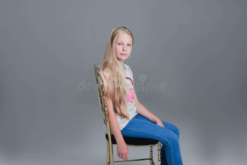 Muchacha con el pelo largo El concepto, corte de pelo foto de archivo