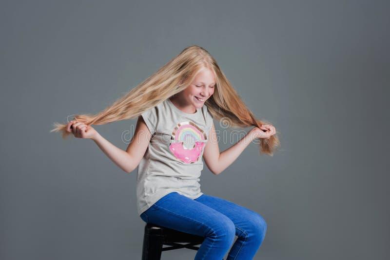 Muchacha con el pelo largo El concepto, corte de pelo imagen de archivo libre de regalías