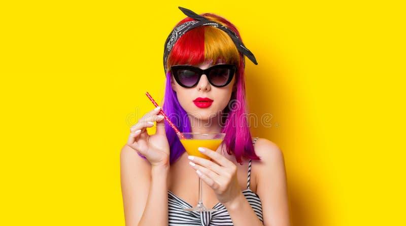 Muchacha con el pelo púrpura que sostiene el cóctel de la limonada fotografía de archivo libre de regalías