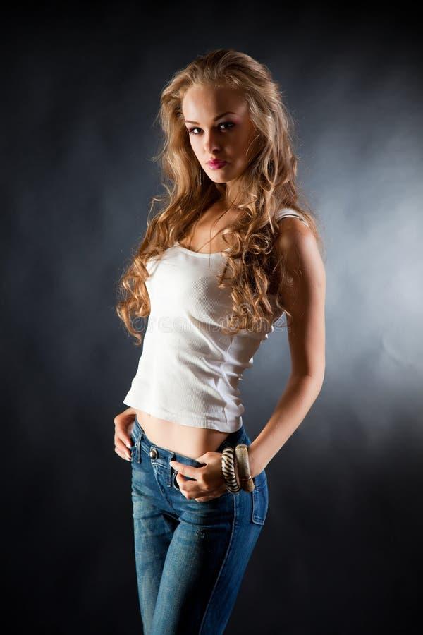 Muchacha con el pelo rizado fotografía de archivo