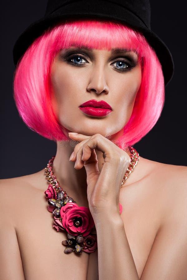 Muchacha con el pelo rosado y una decoración imagenes de archivo