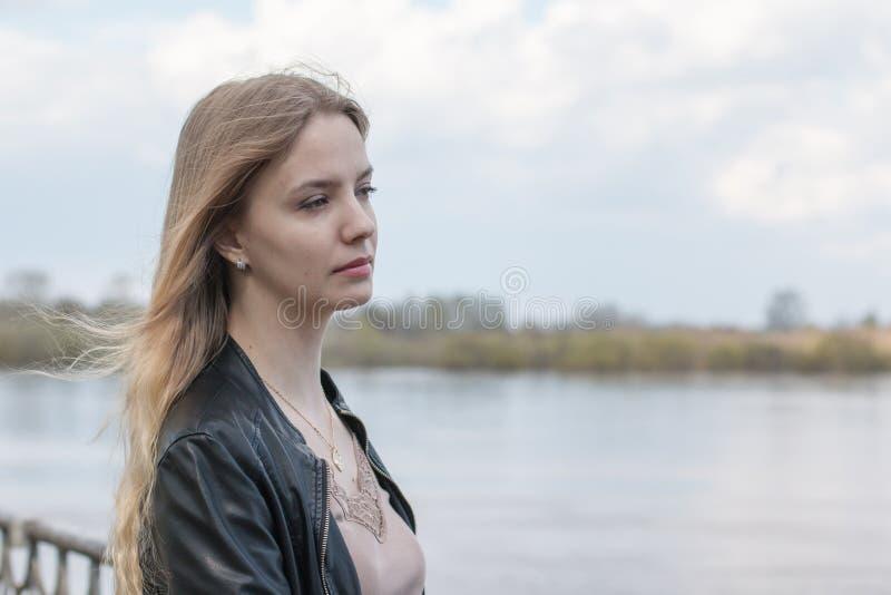 Muchacha con el pelo rubio en la 'promenade' fotos de archivo