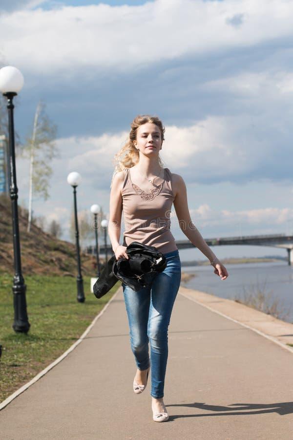 Muchacha con el pelo rubio en la 'promenade' imagen de archivo libre de regalías