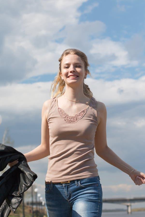 Muchacha con el pelo rubio en la 'promenade' imagen de archivo