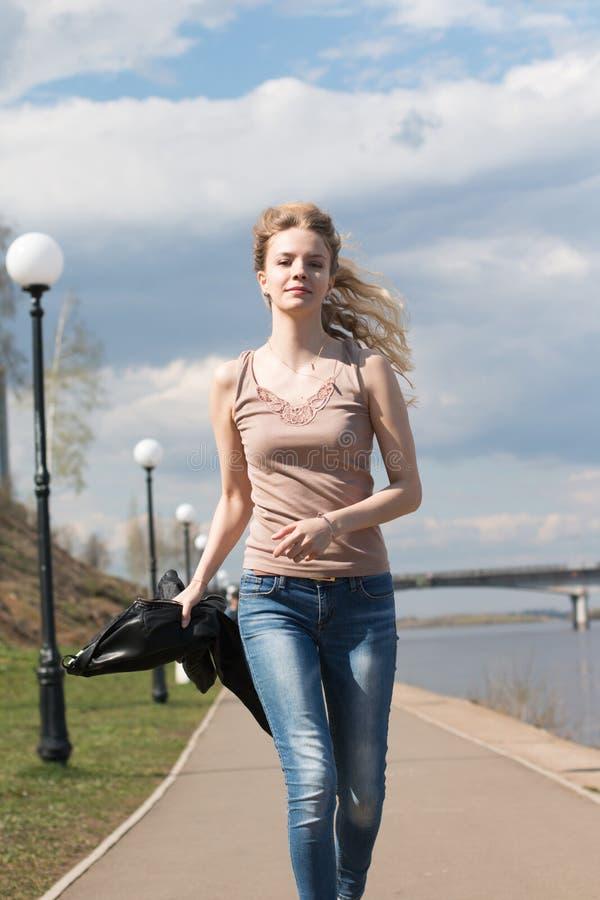 Muchacha con el pelo rubio en la 'promenade' imagenes de archivo