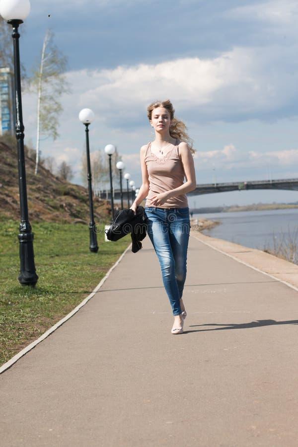 Muchacha con el pelo rubio en la 'promenade' fotografía de archivo
