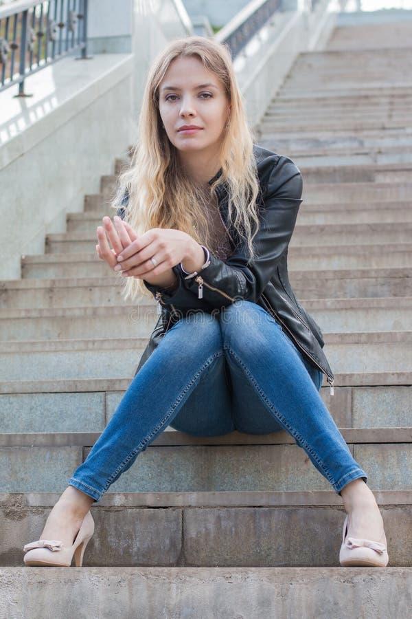 Muchacha con el pelo rubio en las escaleras imagen de archivo libre de regalías