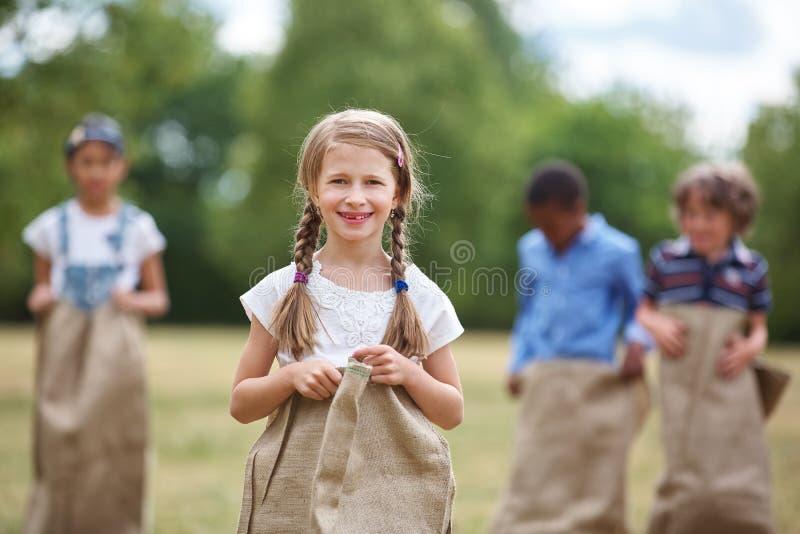 Muchacha con el pelo trenzado en la raza de saco fotos de archivo