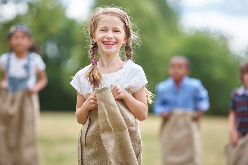 Muchacha con el pelo trenzado en la raza de saco fotografía de archivo libre de regalías