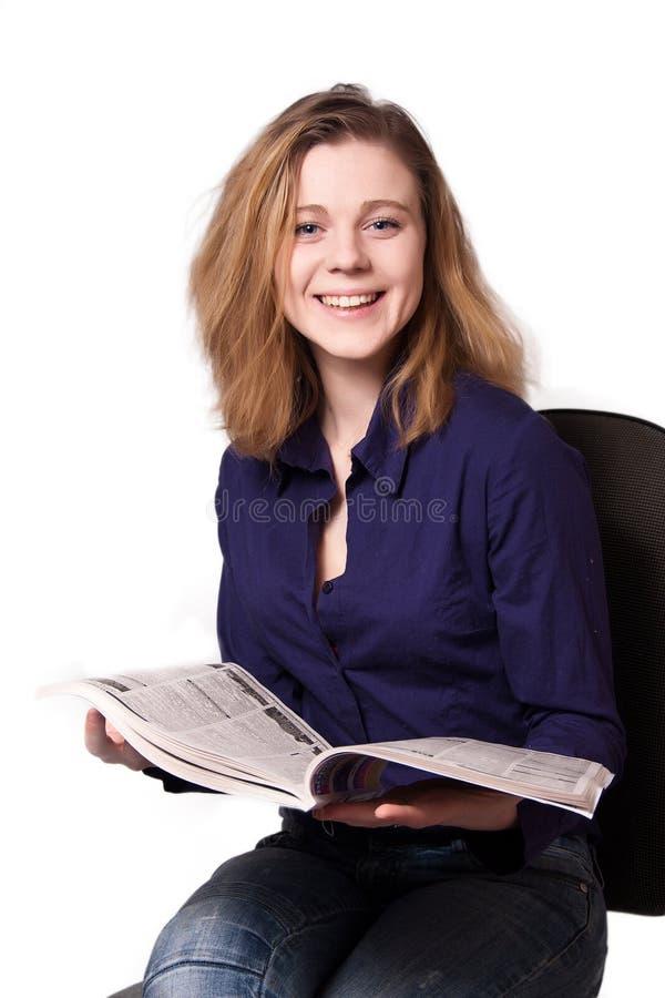 Muchacha con el periódico fotografía de archivo