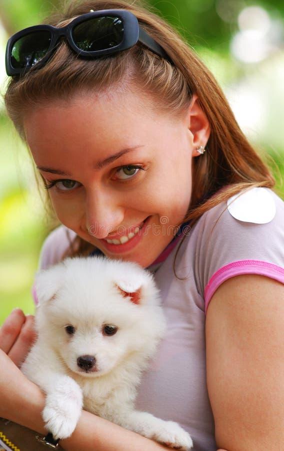 Muchacha con el perrito fotografía de archivo