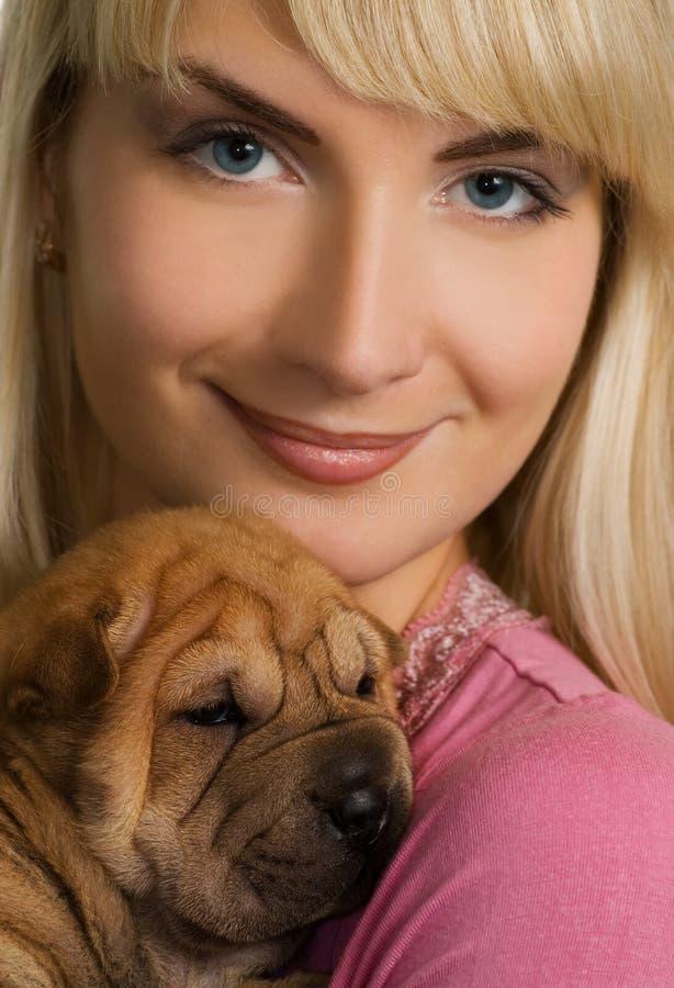 Muchacha con el perrito del sharpei imágenes de archivo libres de regalías