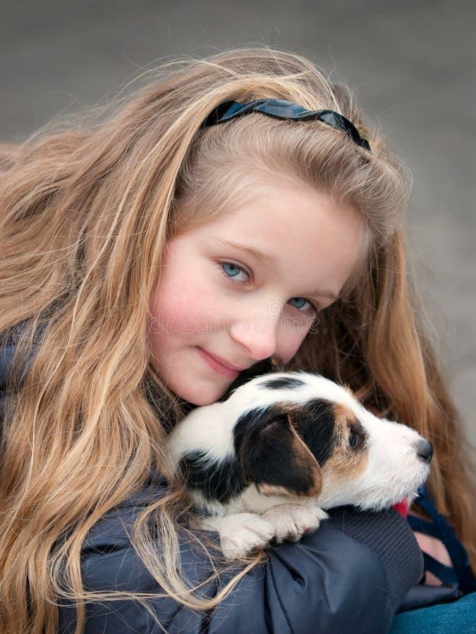 Muchacha con el perro imágenes de archivo libres de regalías