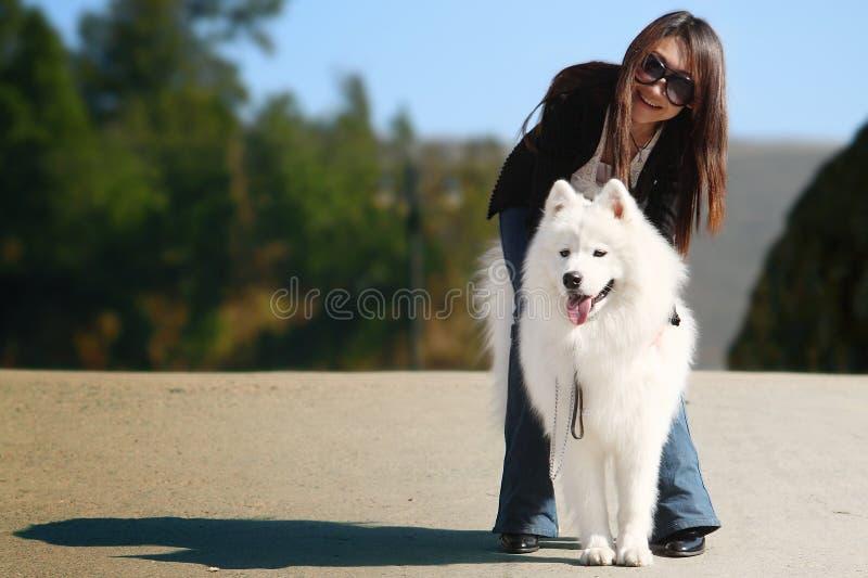 Muchacha con el perro imagenes de archivo