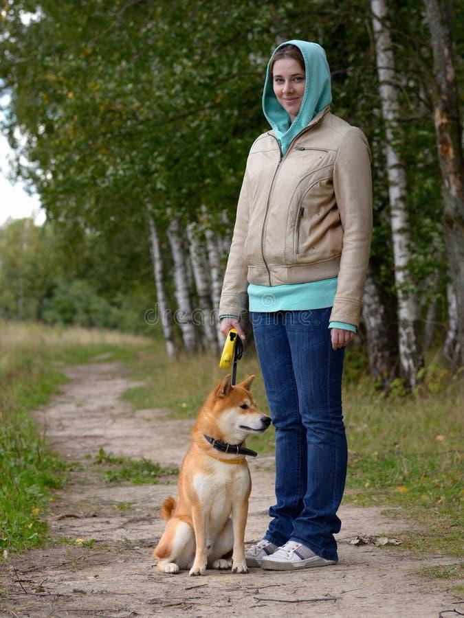 Muchacha con el perro fotografía de archivo
