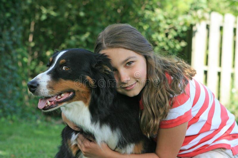 Muchacha con el perro fotos de archivo