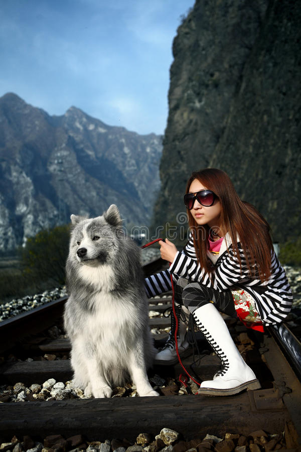 Muchacha con el perro fotos de archivo libres de regalías