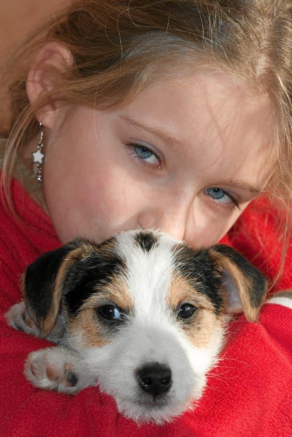 Muchacha con el perro de perrito imágenes de archivo libres de regalías