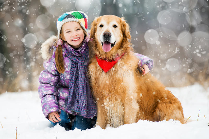 Muchacha con el perro perdiguero de oro fotografía de archivo