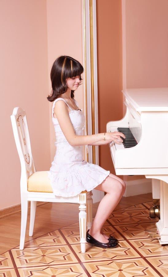 Muchacha con el piano fotos de archivo