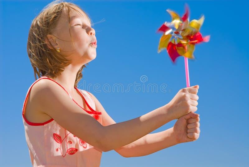 Muchacha con el pinwheel coloreado foto de archivo