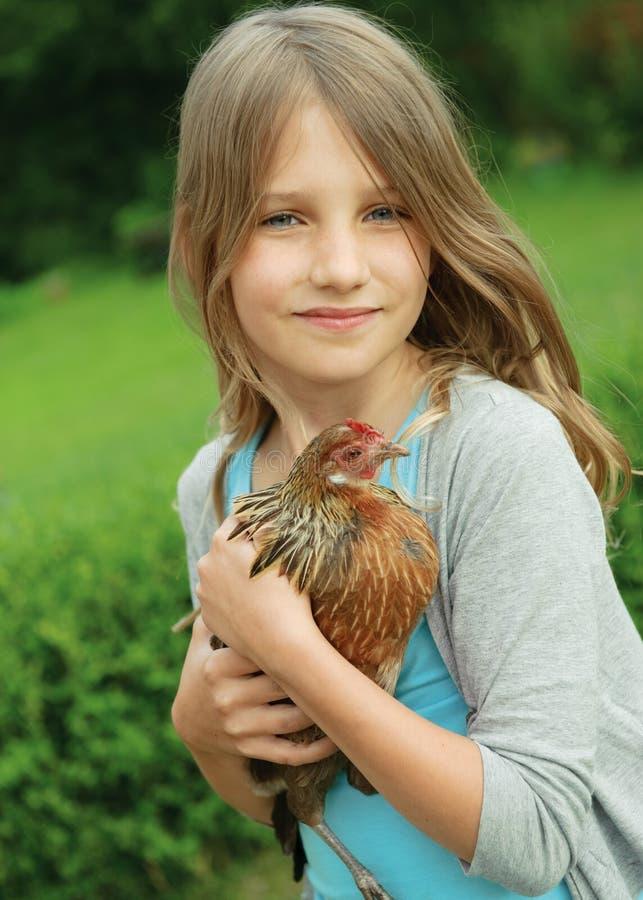Muchacha con el pollo imagen de archivo