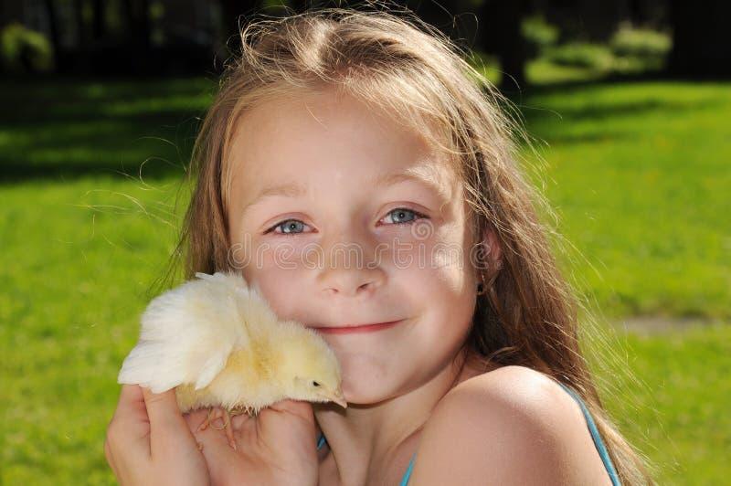Muchacha con el polluelo de Pascua imagenes de archivo