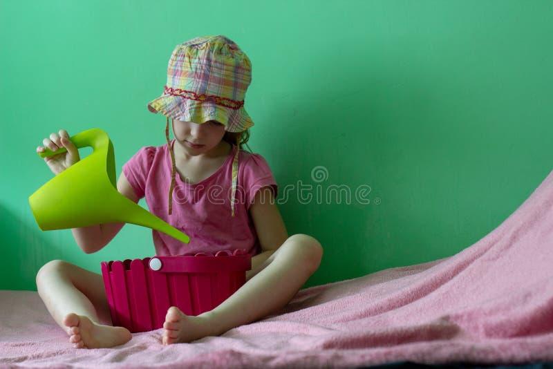 Muchacha con el pote de riego fotos de archivo