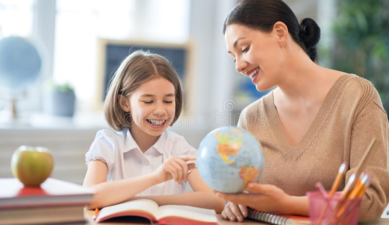 Muchacha con el profesor en sala de clase fotos de archivo