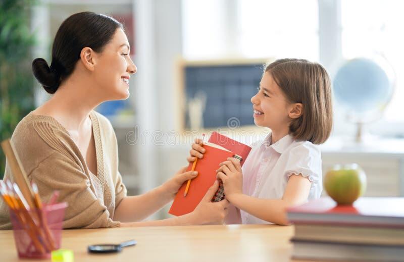 Muchacha con el profesor en sala de clase imágenes de archivo libres de regalías