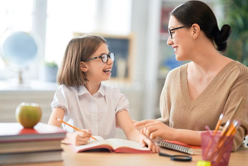 Muchacha con el profesor en sala de clase fotografía de archivo