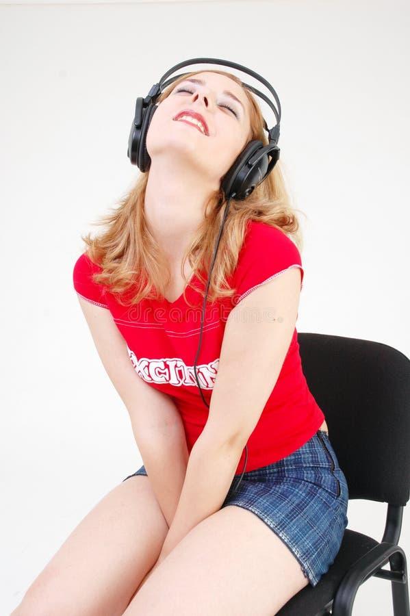 Muchacha con el receptor de cabeza emocionado por el sonido imágenes de archivo libres de regalías