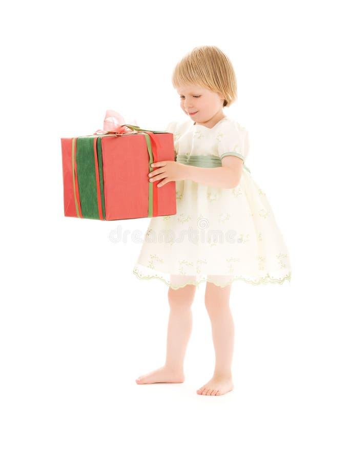 Muchacha con el rectángulo de regalo imágenes de archivo libres de regalías