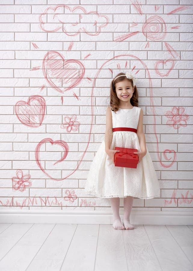 Muchacha con el rectángulo de regalo rojo foto de archivo libre de regalías