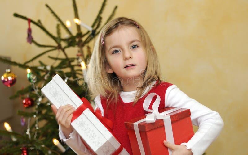 Muchacha con el regalo de la Navidad fotografía de archivo libre de regalías