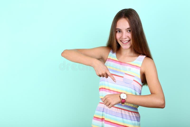 Muchacha con el reloj fotografía de archivo