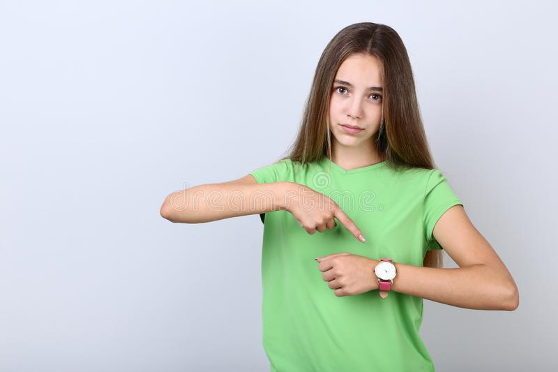 Muchacha con el reloj fotos de archivo libres de regalías