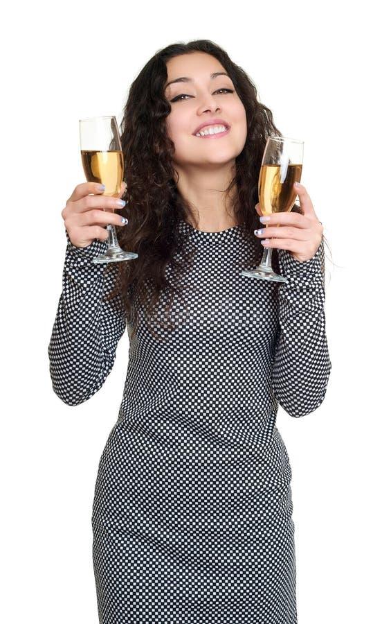 Muchacha con el retrato de cristal de la belleza del champán, vestido a cuadros blanco y negro, pelo rizado largo, concepto del e foto de archivo libre de regalías