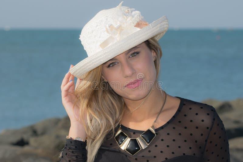 Muchacha con el sombrero de paja imágenes de archivo libres de regalías