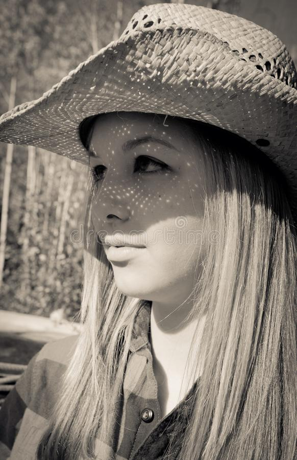 Muchacha con el sombrero de paja encendido foto de archivo libre de regalías
