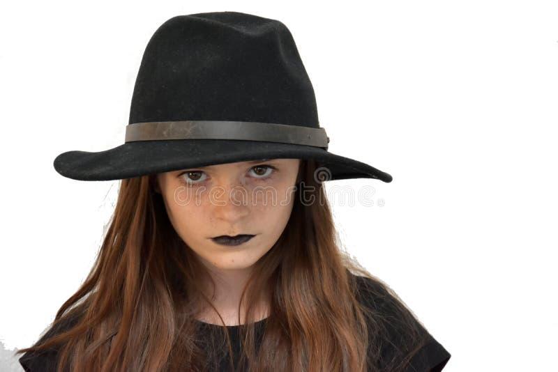Muchacha con el sombrero del ` s de los hombres negros y los labios negros foto de archivo